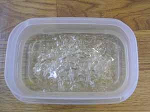 die Blattgelatine in Wasser einweichen