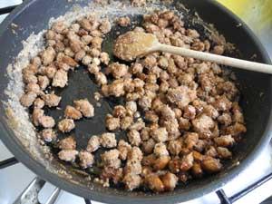 Die Mandeln und der Zucker vor dem Karamellisieren