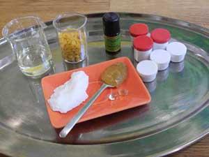 Die Zutaten für den selbstgemachten Lippenbalsam mit Honig